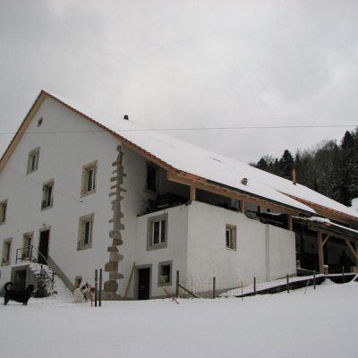 L'ancien corps de bâtiment, qui date de 1820, est habité à l'année par Carine et Pascal.<br>Der alte Gebäudeteil aus dem Jahr 1820 wird ganzjährig von Carine und Pascal bewohnt.